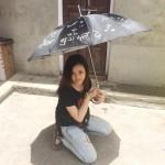 ニコニコ傘を持って